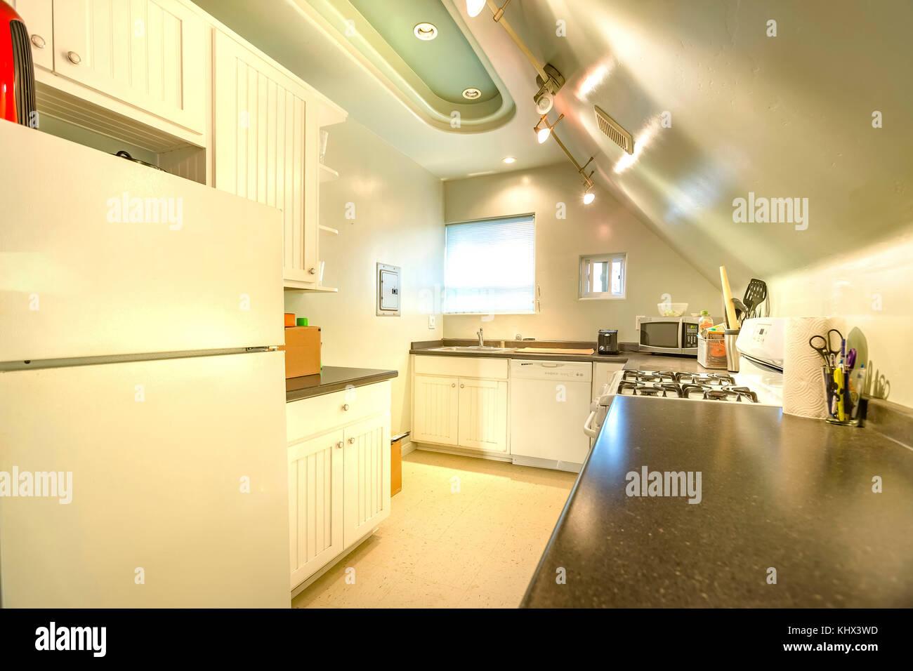 Helle, offene und warme Küche mit gewölbter Decke und diverse ...