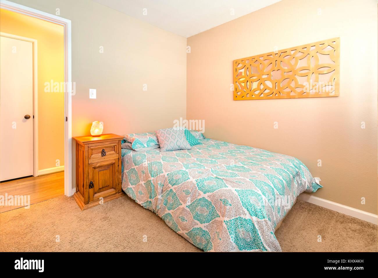 Gemütliches Schlafzimmer mit Doppelbett, Teppich und Himalaya Salz ...