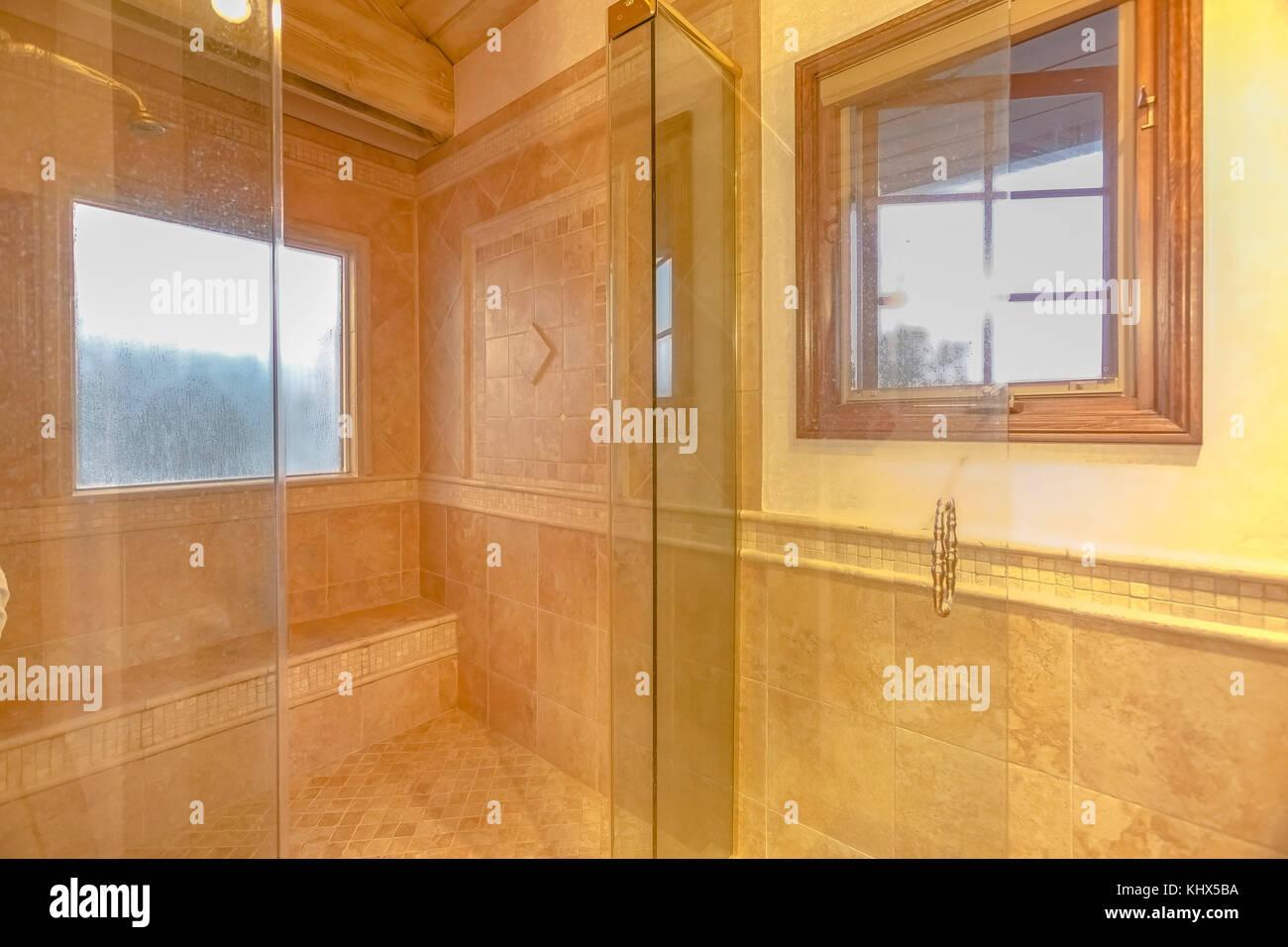 Geräumiges Badezimmer in Grautönen mit Fußbodenheizung und ...