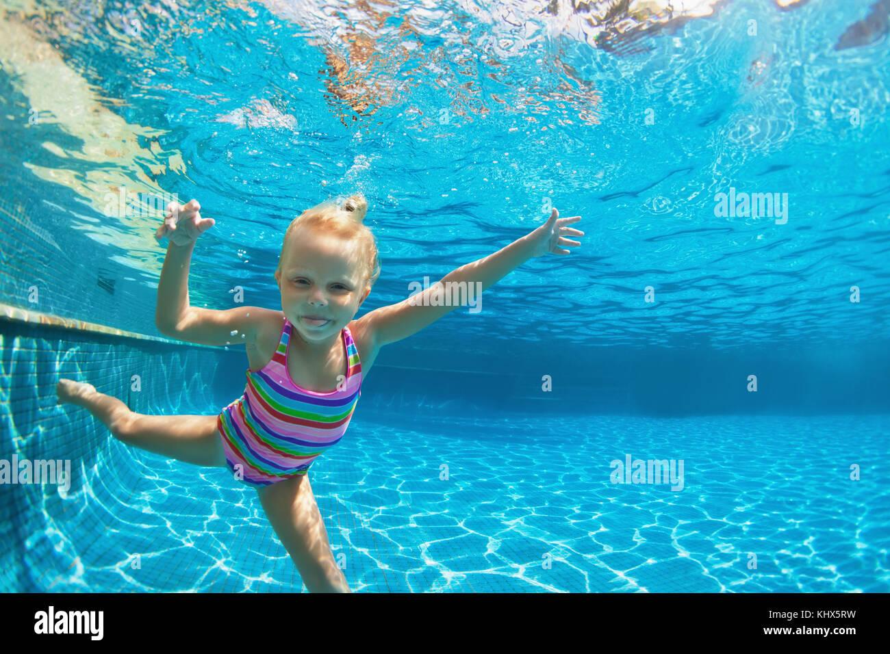 lustige portrait von kind schwimmen lernen tauchen in blauen pool mit spa springen tief. Black Bedroom Furniture Sets. Home Design Ideas