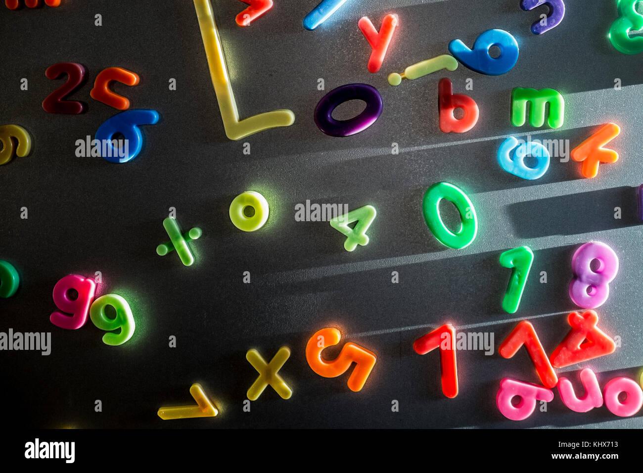 Bunte Kunststoff Magnetische Buchstaben Und Zahlen Auf Einem