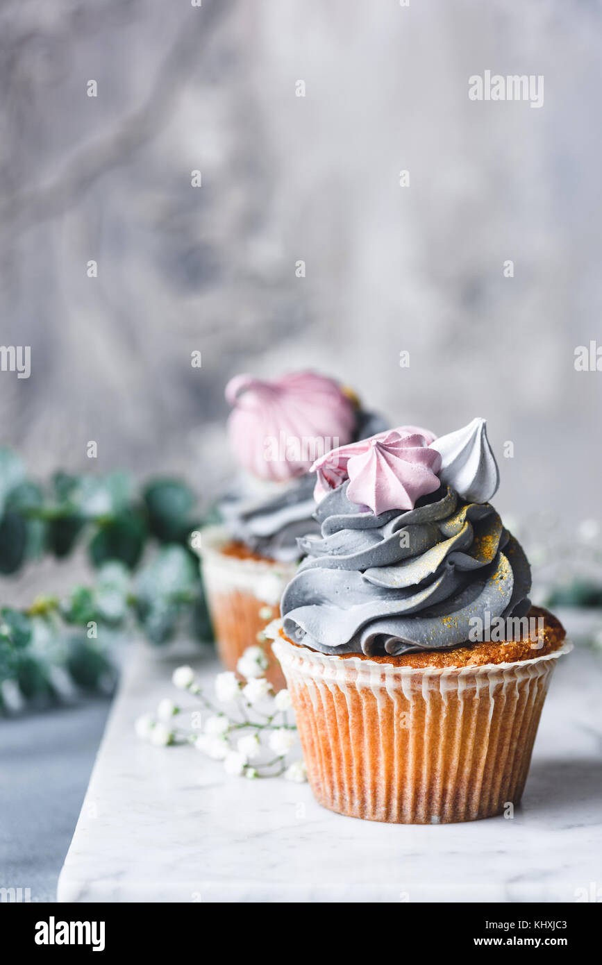 Kuchen Mit Grauen Pastellfarbenes Creme Und Mini Rosa Baisers Auf