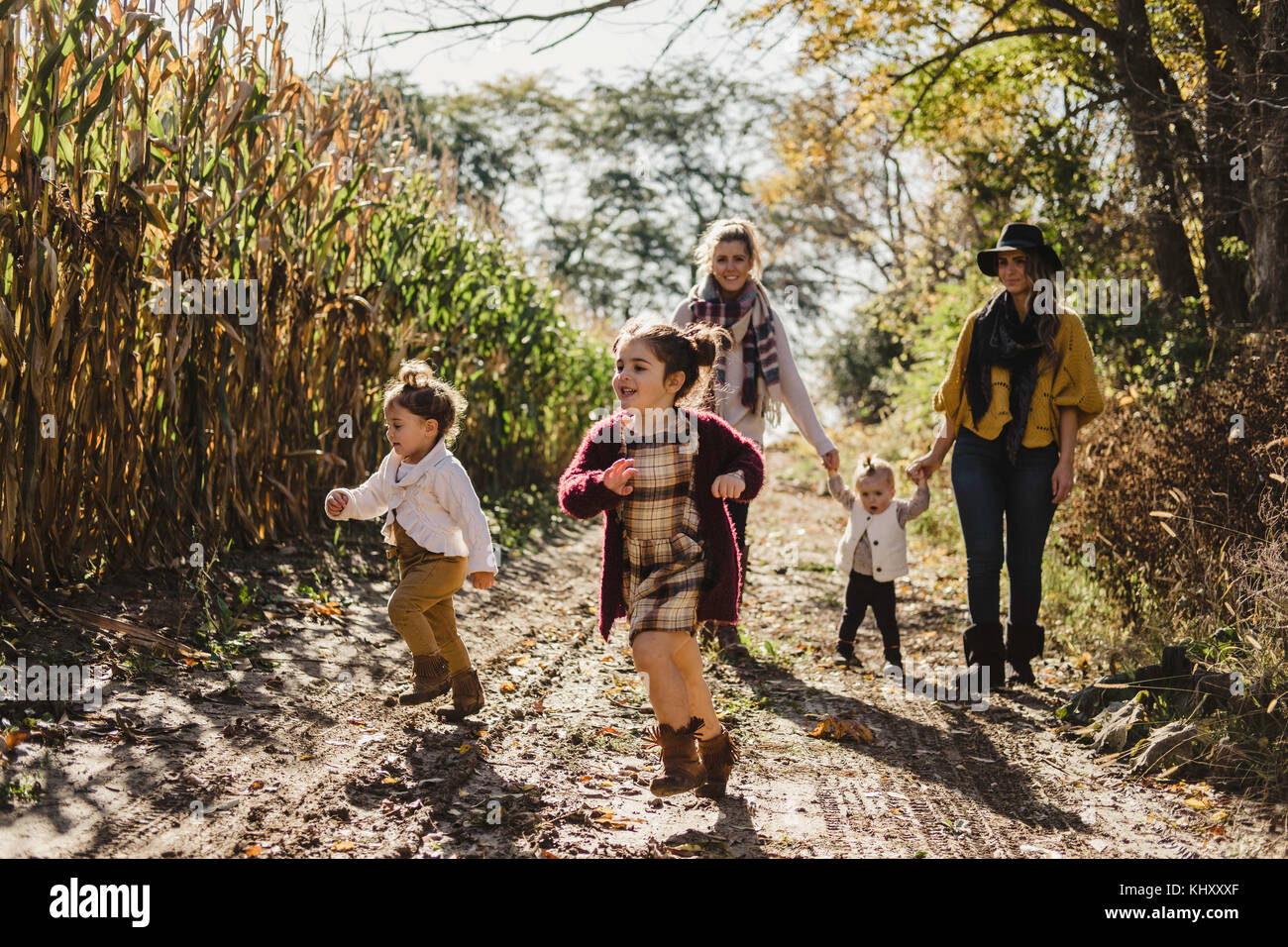 Frauen mit Kindern auf Feldweg, Oshawa, Kanada, Nordamerika Stockbild