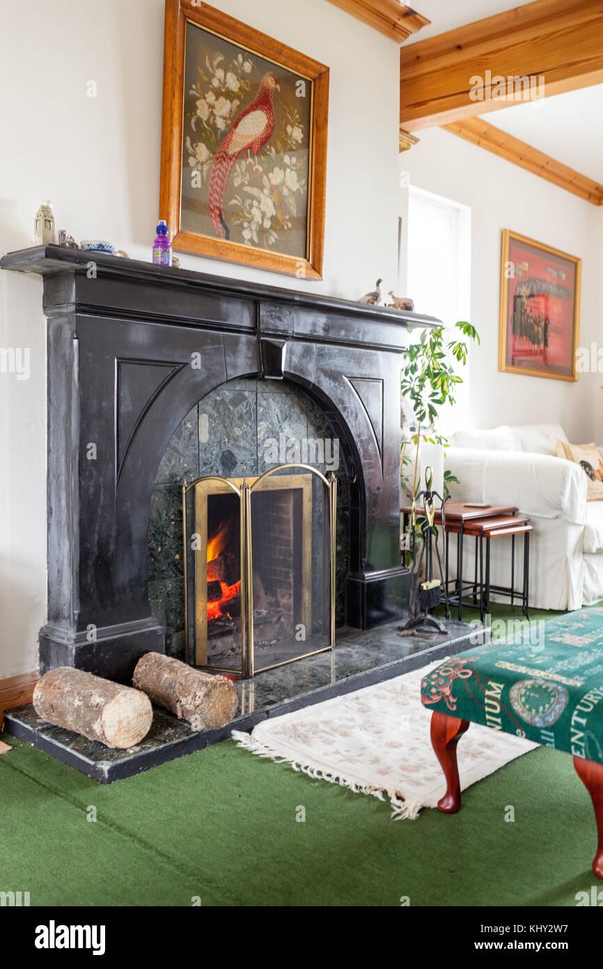 Lit Feuer Im Offenen Kamin In Der Gemütlichen Typisch Schottische Oder  Britische Wohnzimmer Model Release: Nein Property Release: Nein.