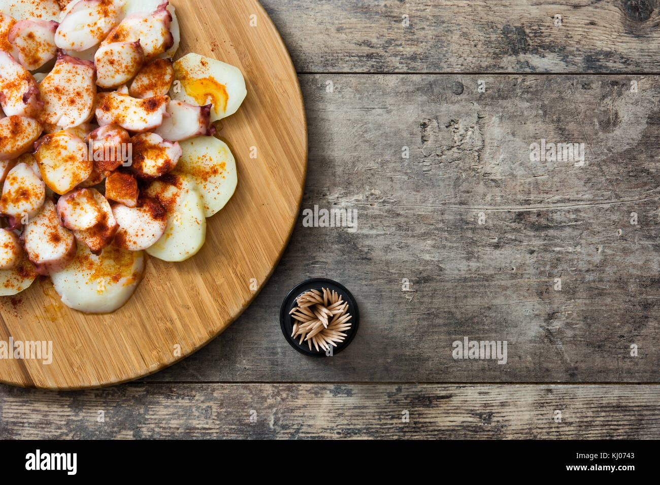 Pulpo a la Gallega. galizischen Octopus auf Holz. typisch spanische Speisen Stockbild