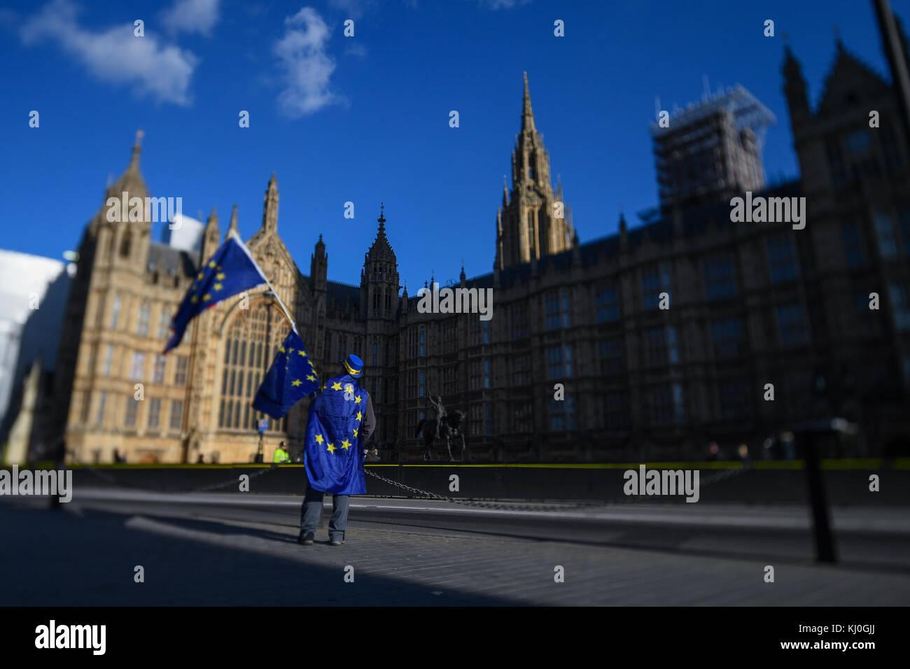 Ein einsamer Demonstrant Brexit setzt seine ein Mann gegen die Brexit Abstimmung Ergebnis außerhalb der Häuser Stockbild