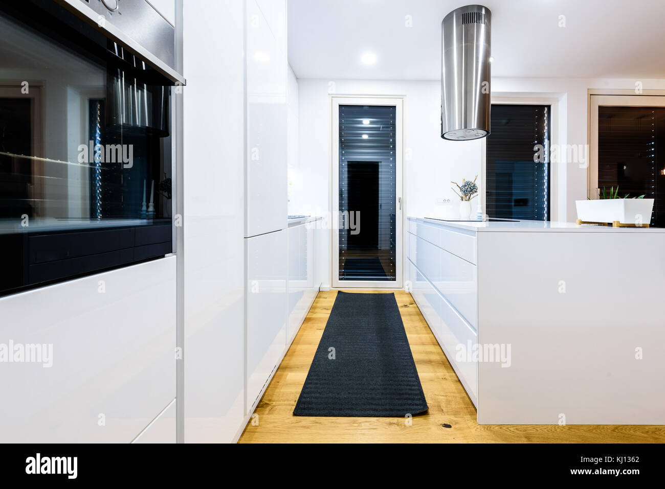 Interior Design neue moderne weiße Küche mit Küchengeräten. Luxus ...
