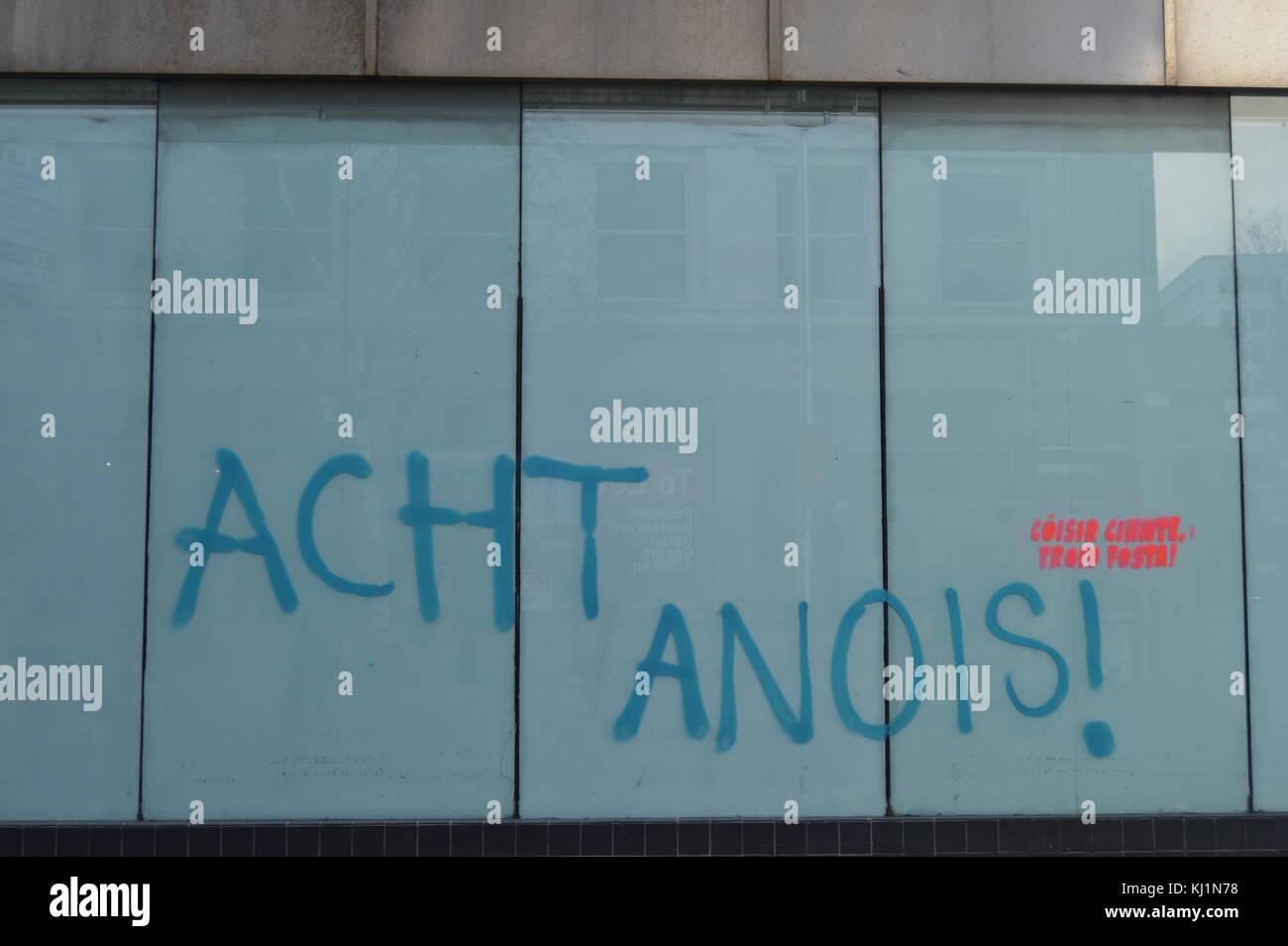 Graffiti in Belfast in Bezug auf die irische Sprache handeln Stockbild