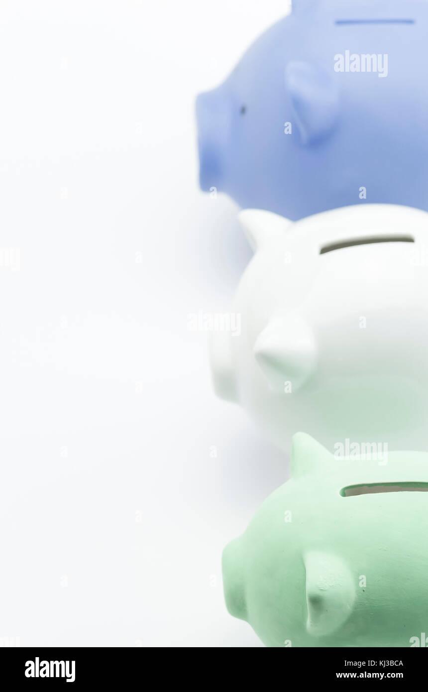 Terrakotta Sparschwein auf einem weißen Hintergrund - Geld sparen Konzept Stockbild