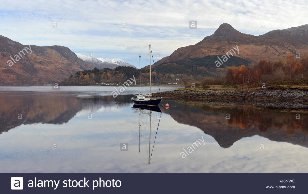 Loch Leven Reflexionen, Glencoe, Schottland. Stockfoto