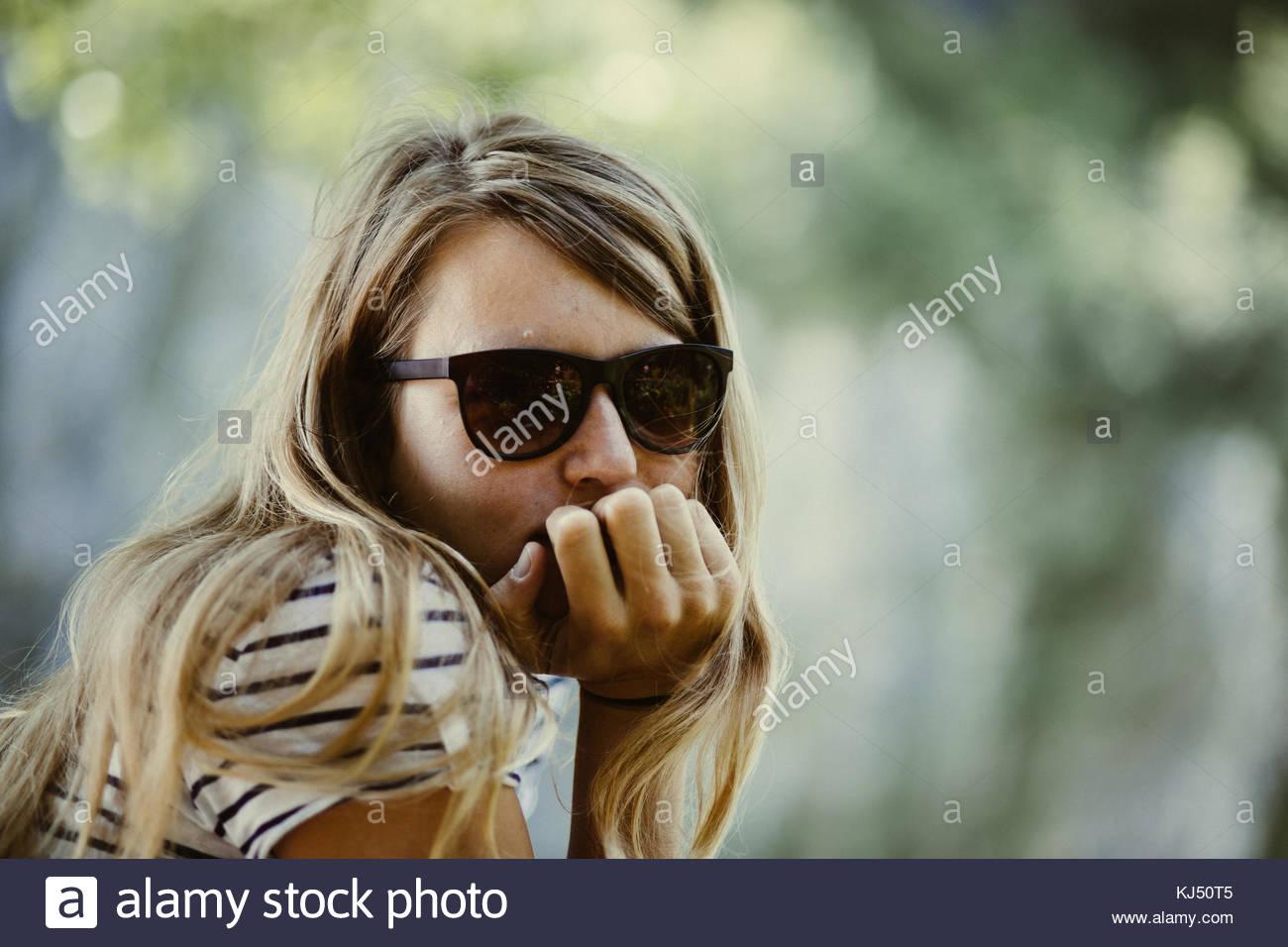 Blonde Mädchen mit Sonnenbrille Stockbild