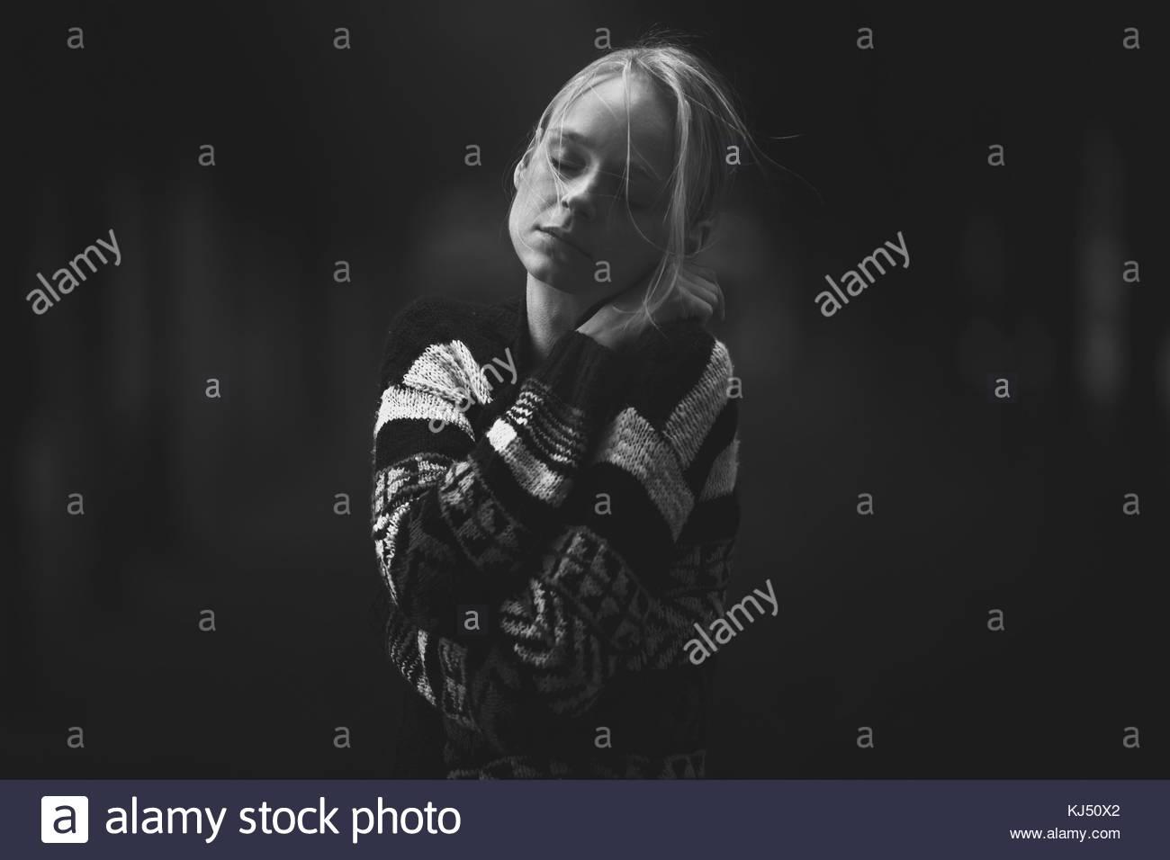 Junge Frau in Form gestrickter Pullover Stockbild