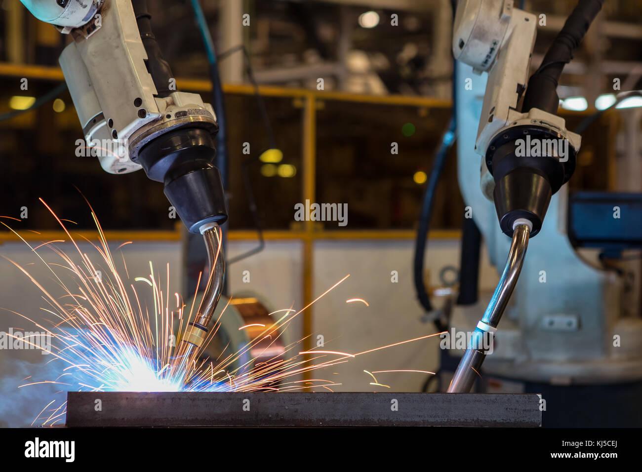Industrieroboter sind automotive Montageteil in Automobilfabrik Schweißen Stockbild
