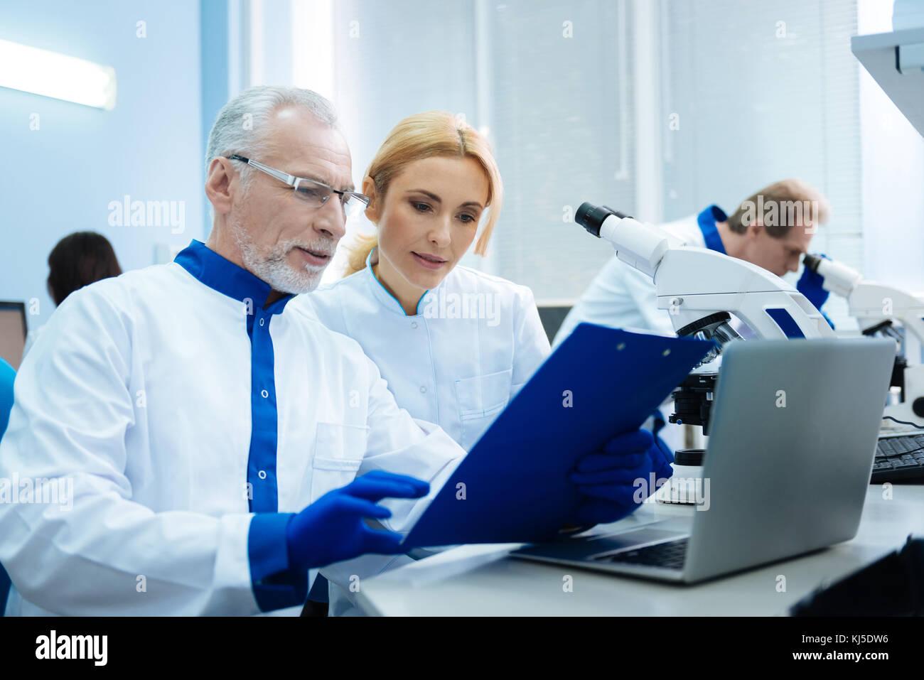 Lebendig Forscher arbeiten an der Labor Stockbild