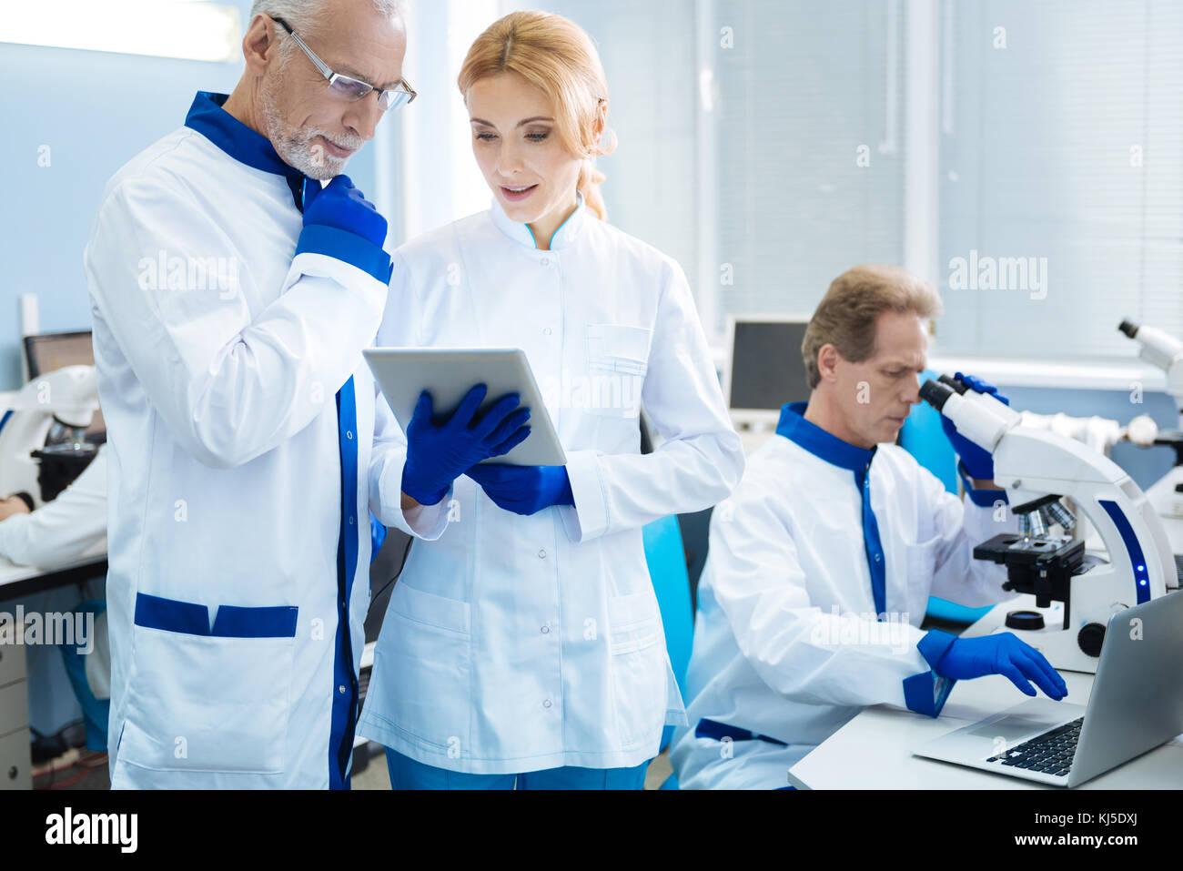 Erfahrene Wissenschaftler Beratung mit jedem anderen Stockbild