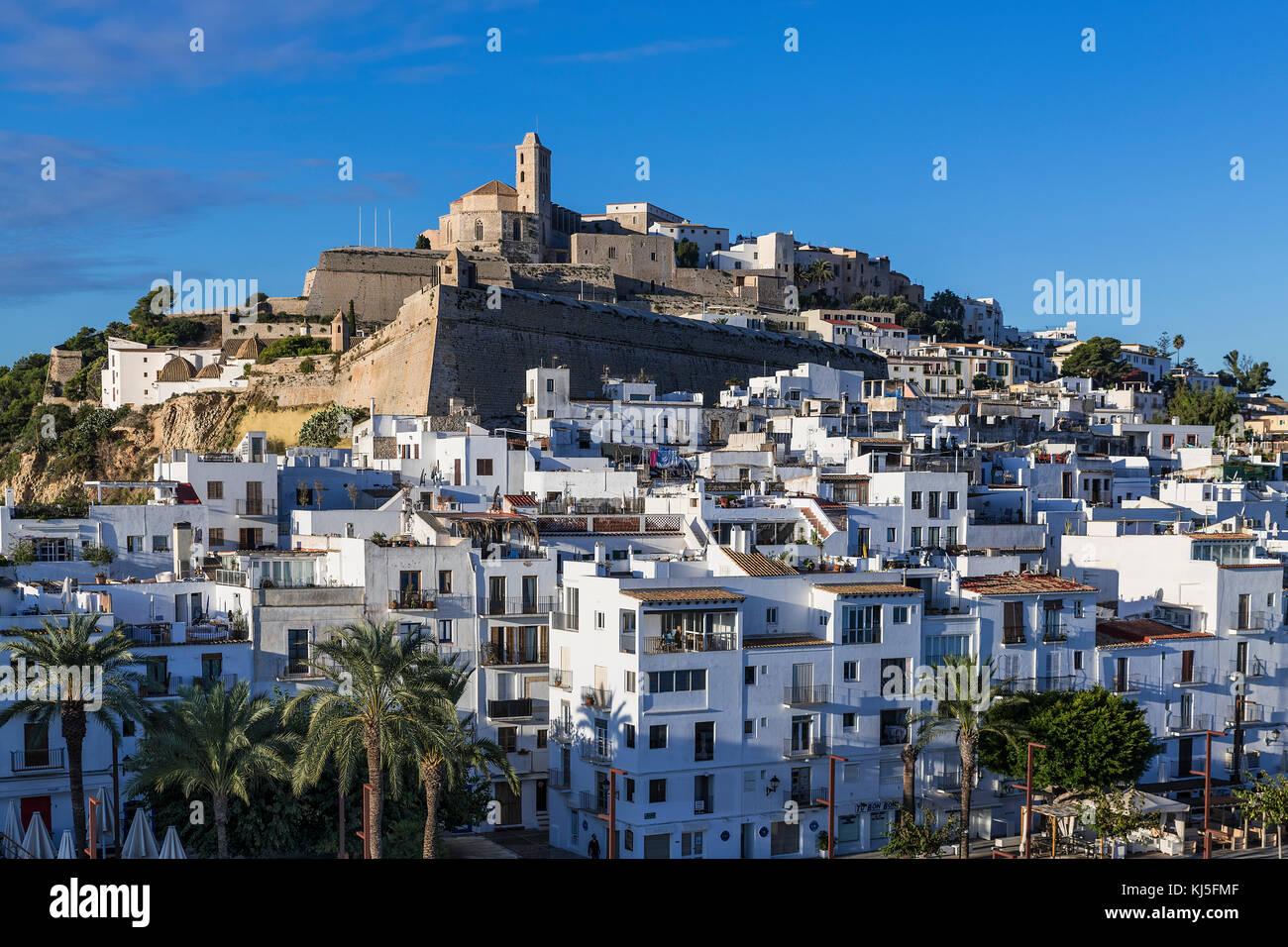 Ibiza Stadt und der Kathedrale Santa Maria d'Eivissa, Ibiza, Balearen, Spanien. Stockbild