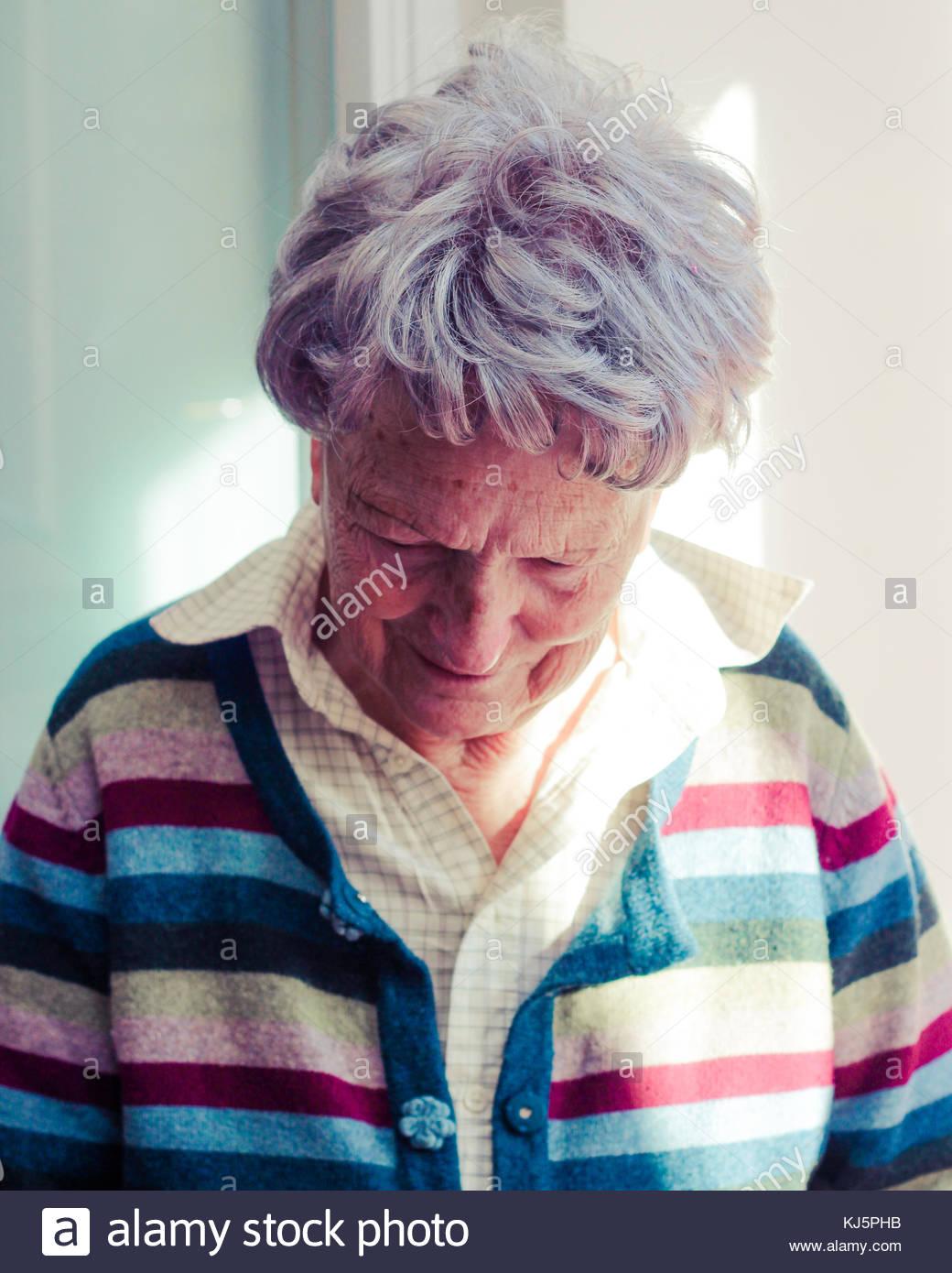 Ältere Frau in Gestreifte Strickjacke Stockbild