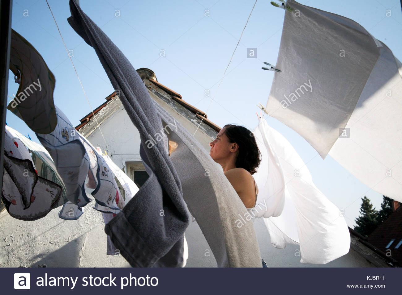 Aufhängen von Wäsche Stockbild