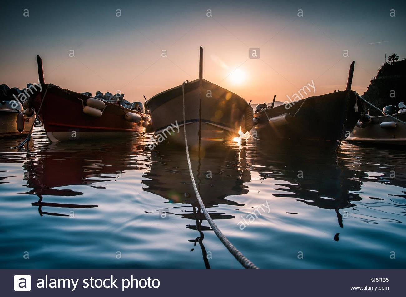 Reihe der Boote bei Sonnenuntergang Stockbild