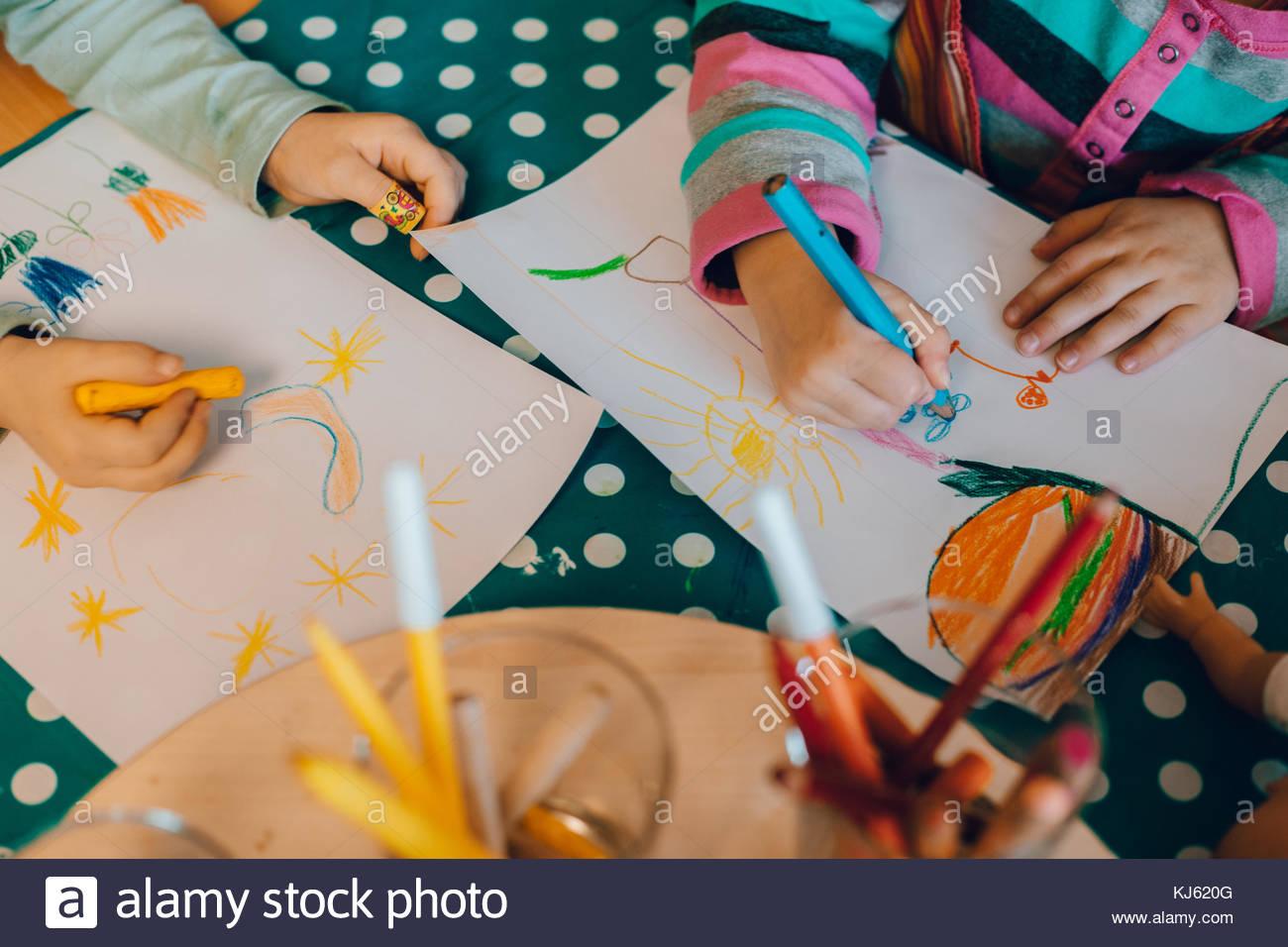 Kinder malen, Ansicht von oben Stockbild