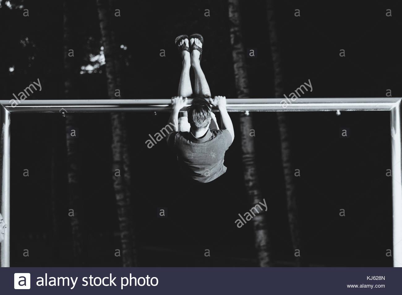 Mann Ausübung auf die Parallele Stangen Stockbild