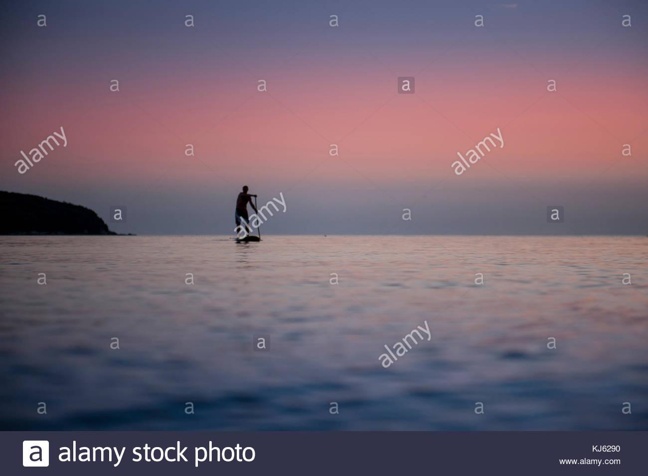 Standup Paddle Boarding an der Adria Stockbild