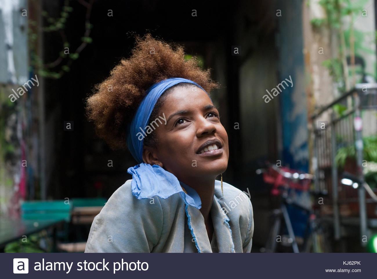 Schöne schwarze Frau auf der Suche nach oben Stockbild