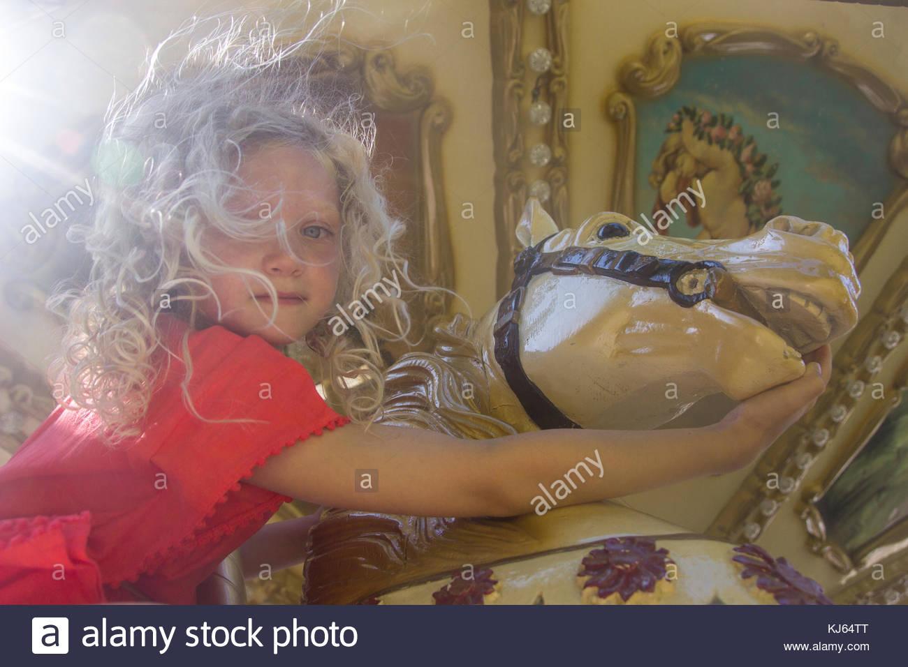Blonde Mädchen spielen auf der Messe Stockbild