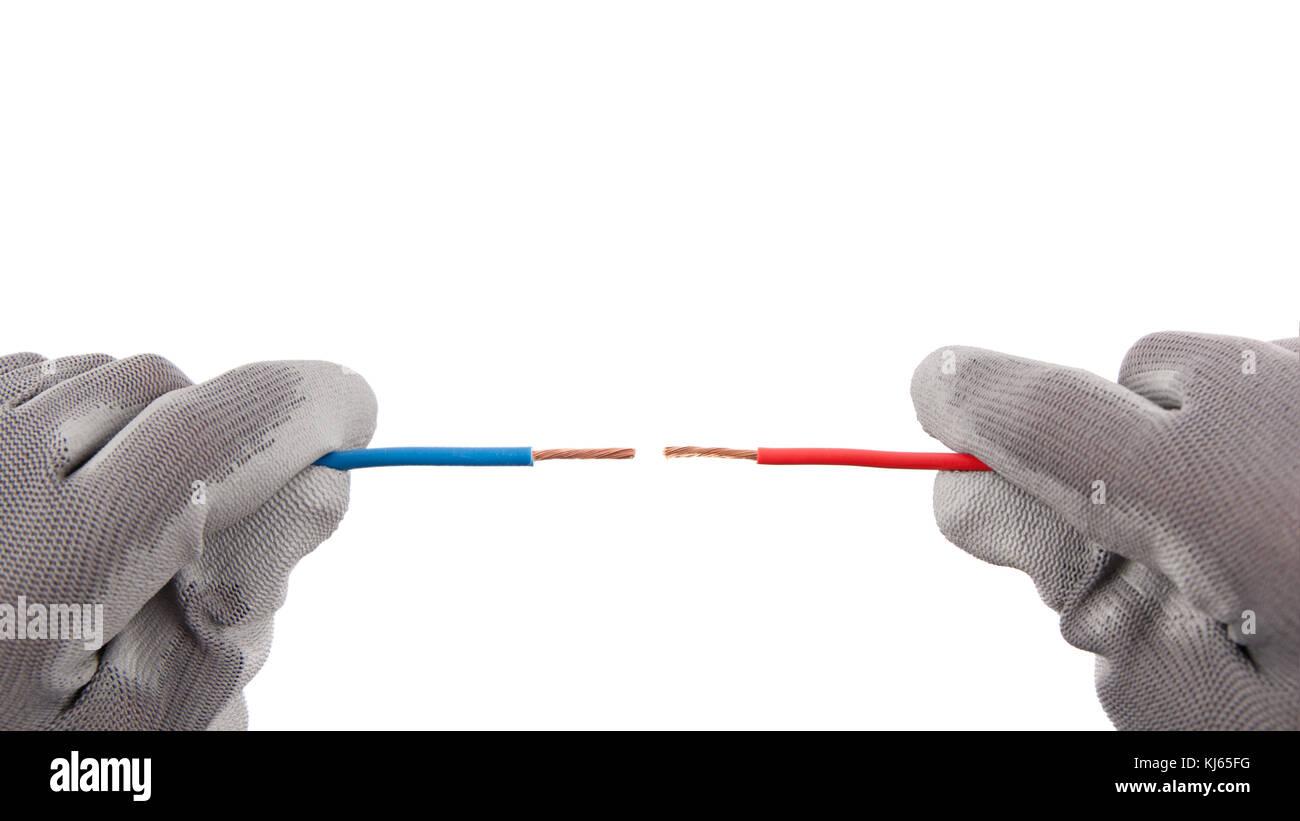 Zwei Kabel rot und blau in Position der Kurzschluss in Händen mit Schutzhandschuhe gegen einander. Stockbild