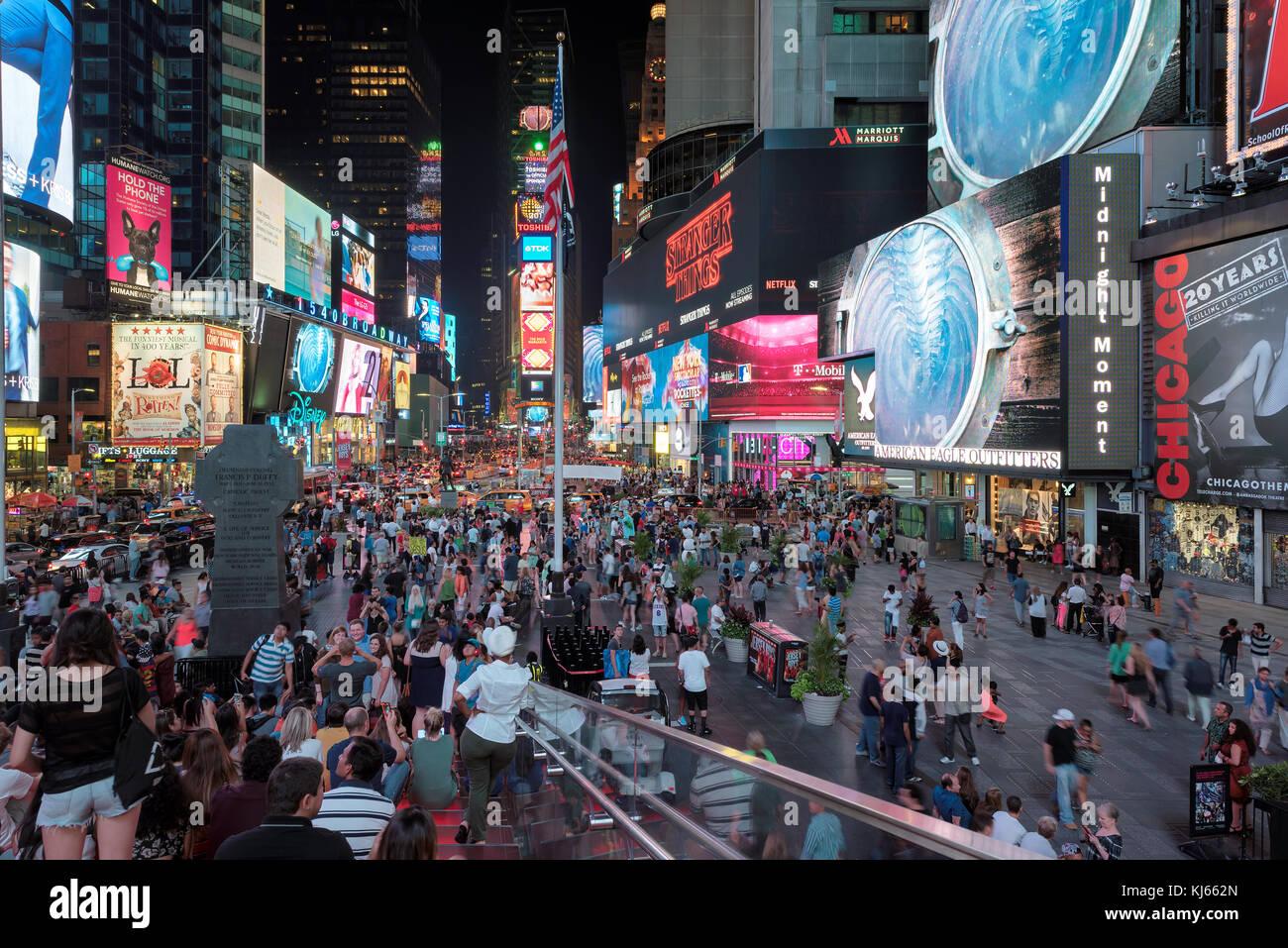 Times Square bei Nacht in Manhattan, New York Stockbild