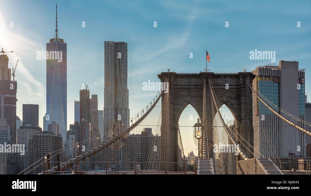 Skyline von New York City mit Brooklynbridge Stockbild