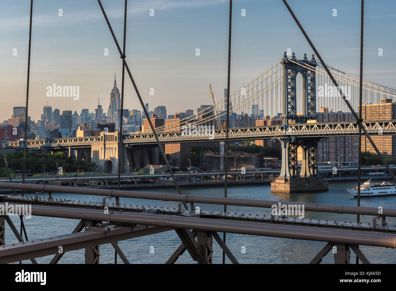 New York City Skyline mit Manhattan Bridge Stockbild