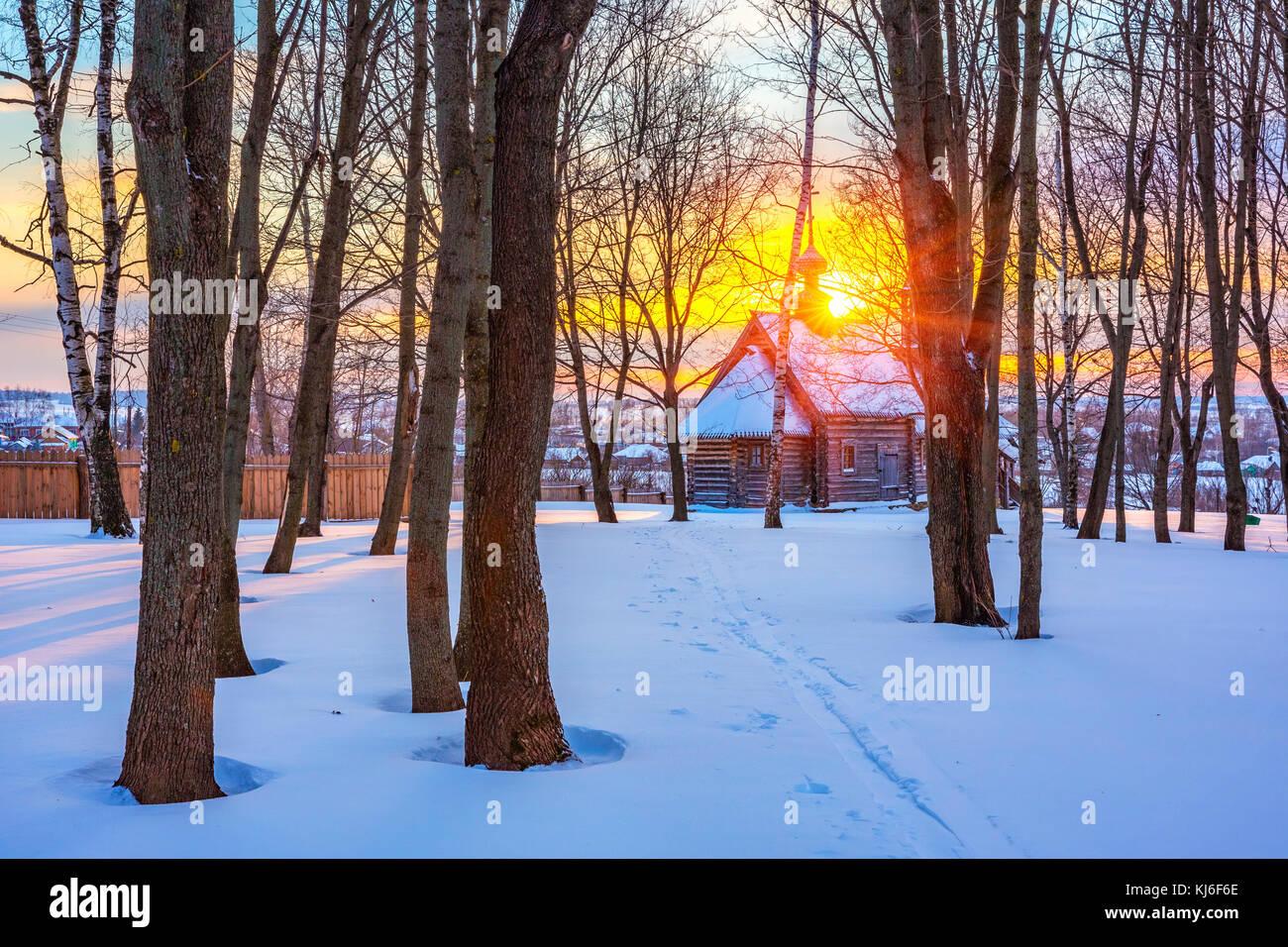 Russische Kirche im Winter Wald Stockbild