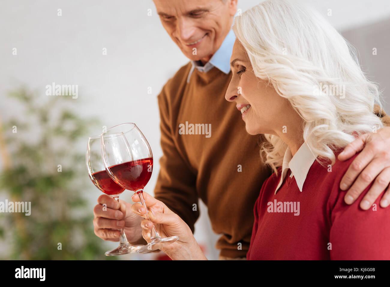 Fröhliches Ehepaar trinken Rotwein Stockbild