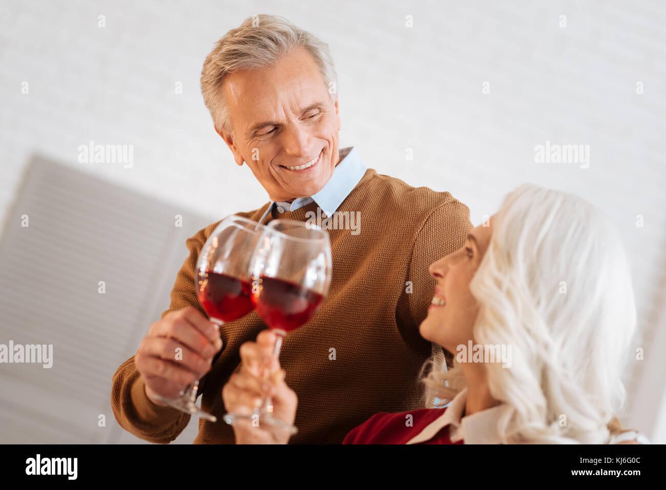 Romantische ältere Paare ihren Jahrestag feiern. Stockbild