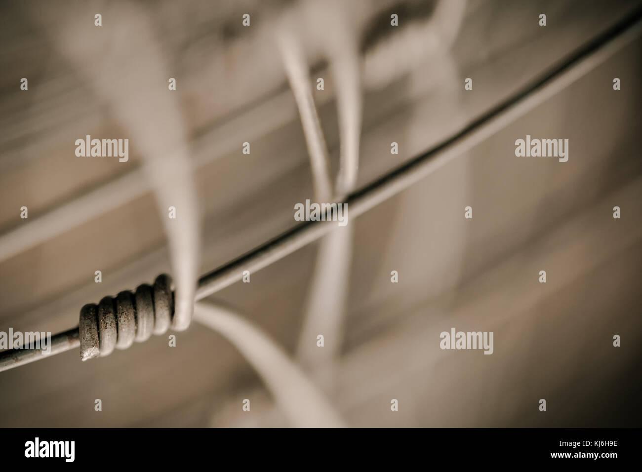 Detail der Zaun als Symbol der Verbindung. Grenze aus Drahtgeflecht auf unscharfen Abstrakt Hintergrund. Stockbild