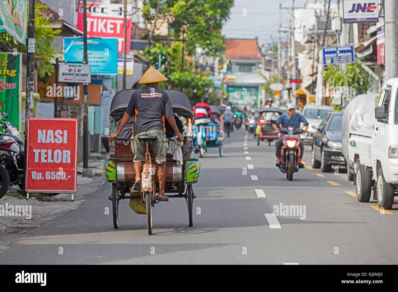 Zyklus Rikschas/becak für die öffentlichen Verkehrsmittel in der Stadt Yogyakarta, Java, Indonesien Stockbild