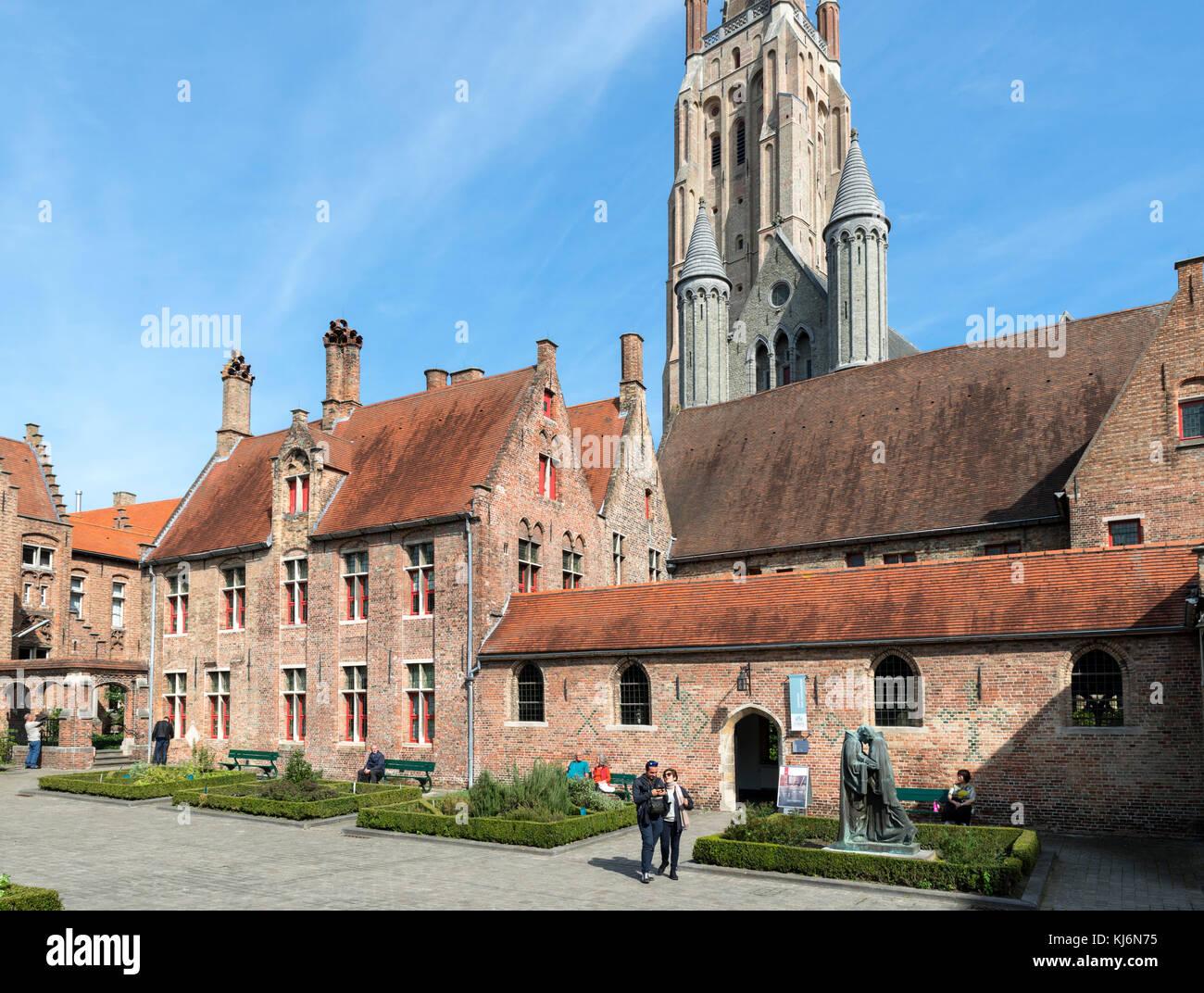 Alte St John's Hospital (Oud Sint-Janshospitaal) mit Turm der Kirche Unserer Lieben Frau (Onze-Lieve-Vrouwekerk) Stockbild