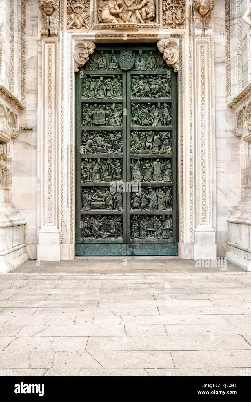 Seitliche Tür der Mailänder Dom (Duomo di Milano). Mailand ...