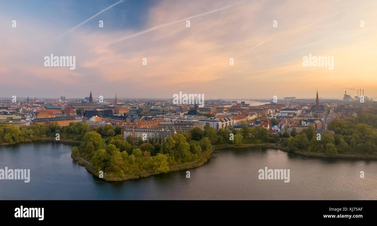 Schöne Stadtbild Panorama von Kopenhagen bei Sonnenaufgang, dunstiger Pastell morgen der Hauptstadt Stockbild