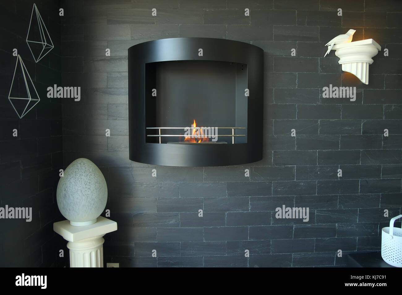 Wall Mount Bio Ethanol Kamin Auf Einem Schwarzen Brickwall Mit Lampen Und Deko In Einer Franzosischen Home Stockfotografie Alamy