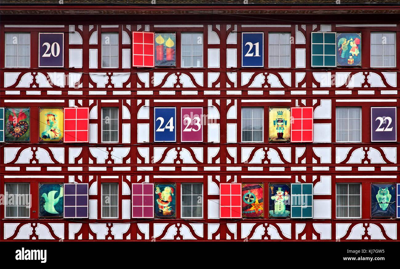 """Weihnachten Dekoration auf einer Fassade eines Shop nächsten Fluss an der Altstadt Reuss (""""Altstadt"""") Stockbild"""