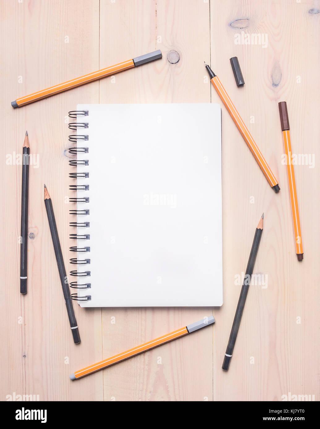 Konzept der Desktop für Skizzen, Notebook mit weißen Laken ...