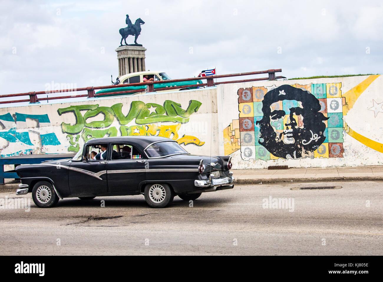 Street Scene, alte amerikanische Autos und Che Guevara, Havanna, Kuba Stockbild