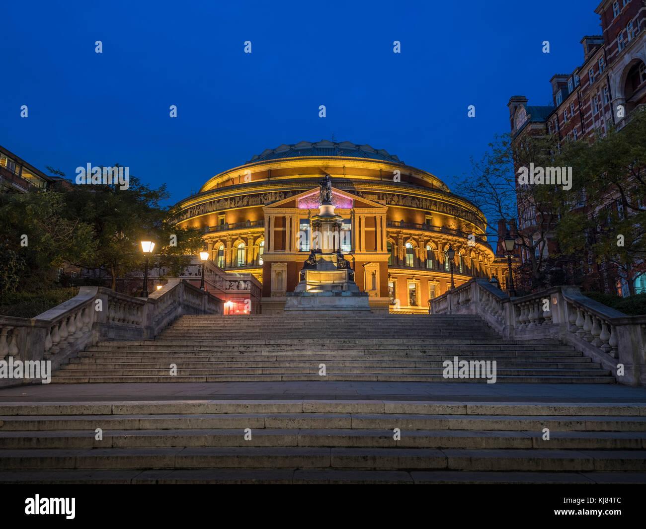 Queen Elizabeth II Diamond Jubilee Schritte, die Royal Albert Hall, London, UK in der Dämmerung Stockbild