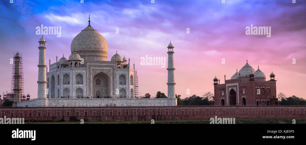 Taj Mahal agra bei Sonnenuntergang mit pulsierenden Moody Himmel. Stockbild