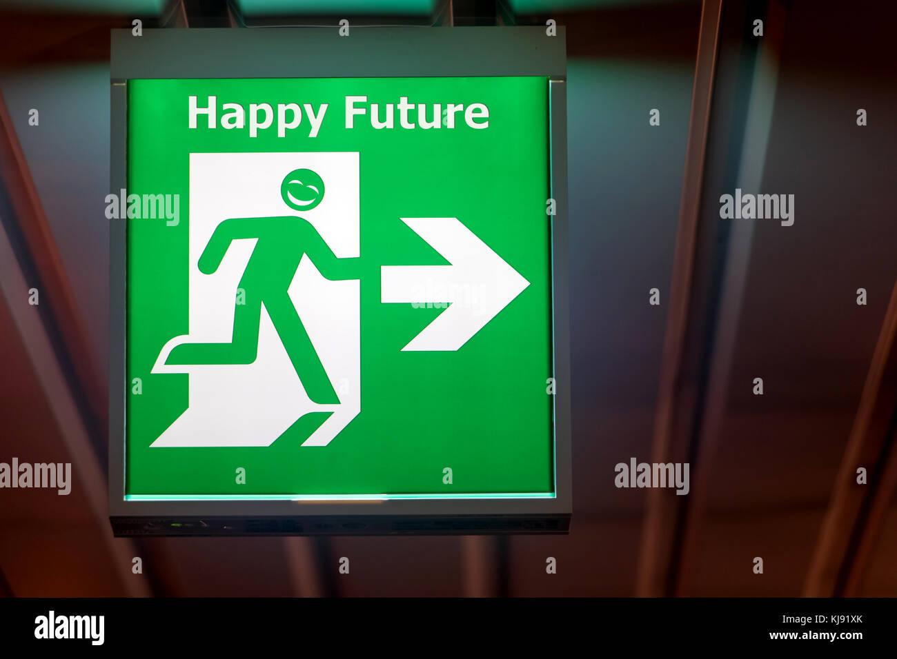 Der Notausgang Schild zeigt die Richtung der Flucht bei Anforderung der glückliche Zukunft. Stockbild