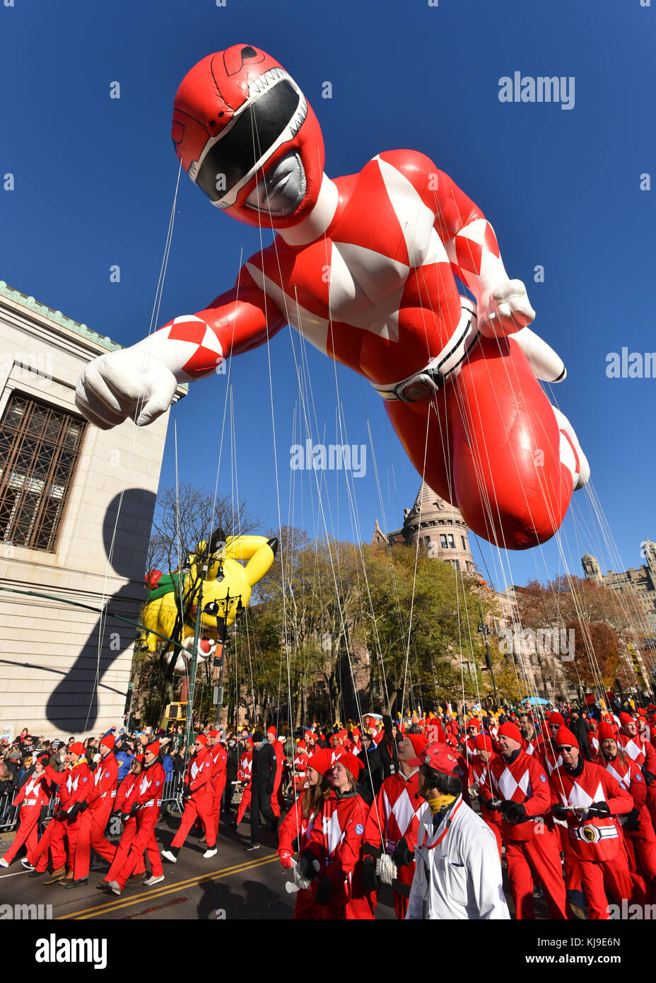 New York, USA. 23. November 2017. rot Mighty morphin Power Ranger Ballon schwimmt entlang der Central Park West Stockbild