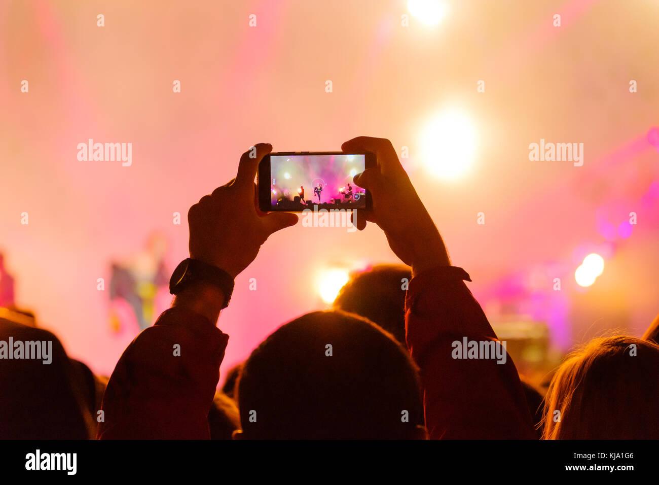 Konzert Besucher schießt Video Stockbild