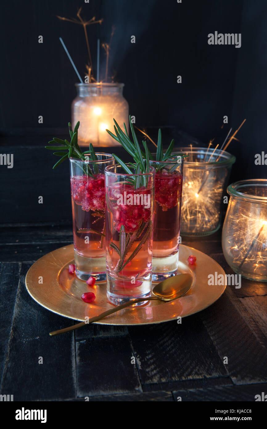 Festliche Sekt Cocktail mit Granatapfel und Rosmarin Stockbild